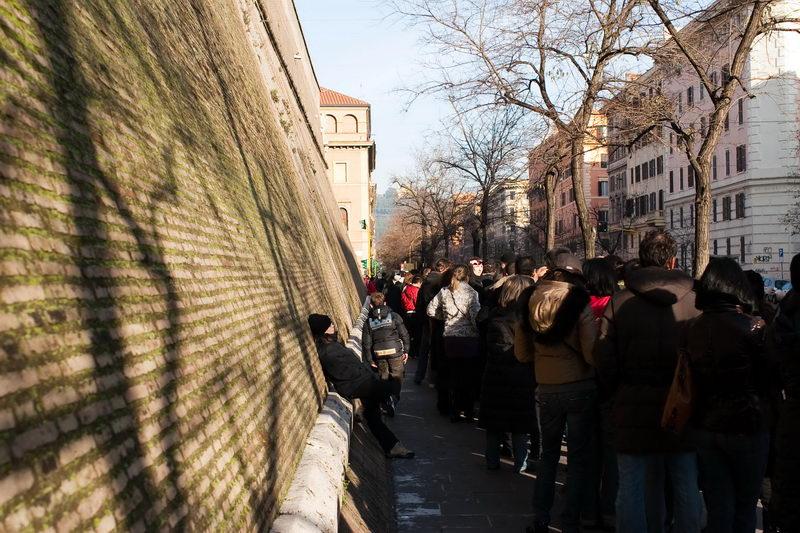 Очередь вдоль границы (стены) Ватикана