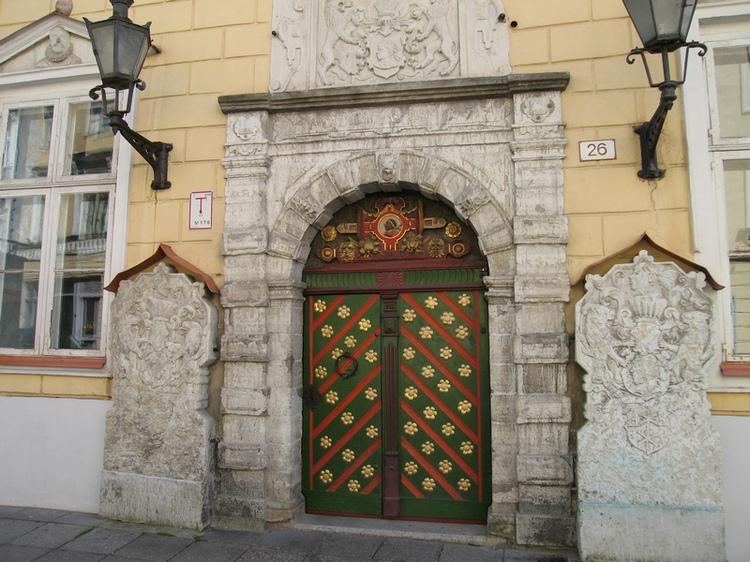 Таллинн дверь дома Братства.....