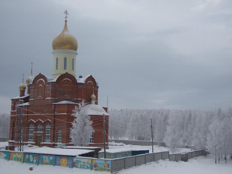 Строящийся храм за окном