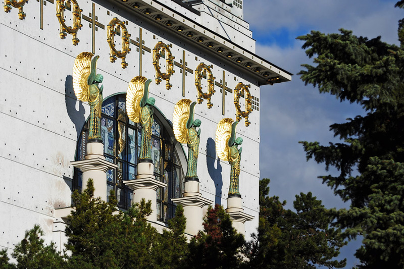 Kirche am Steinhof. Ангелы над входом.