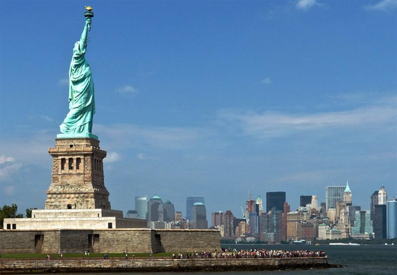 Статуя Свободы и Манхэттен. Автор Oi.