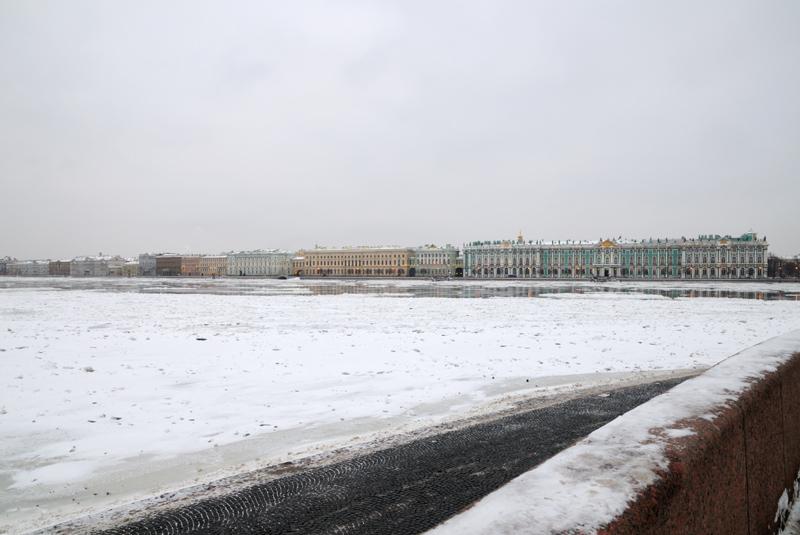 Зимний дворец и Дворцовая набережная.