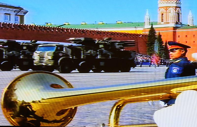 Парад 9 мая 2010. ИСО200, 60мм, ф/4, 1/25.