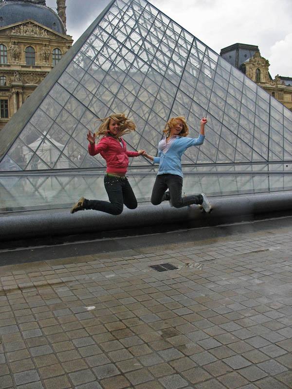 Париж. Лувр. Девочки.
